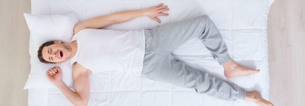 Homme dormant sur un matelas propre